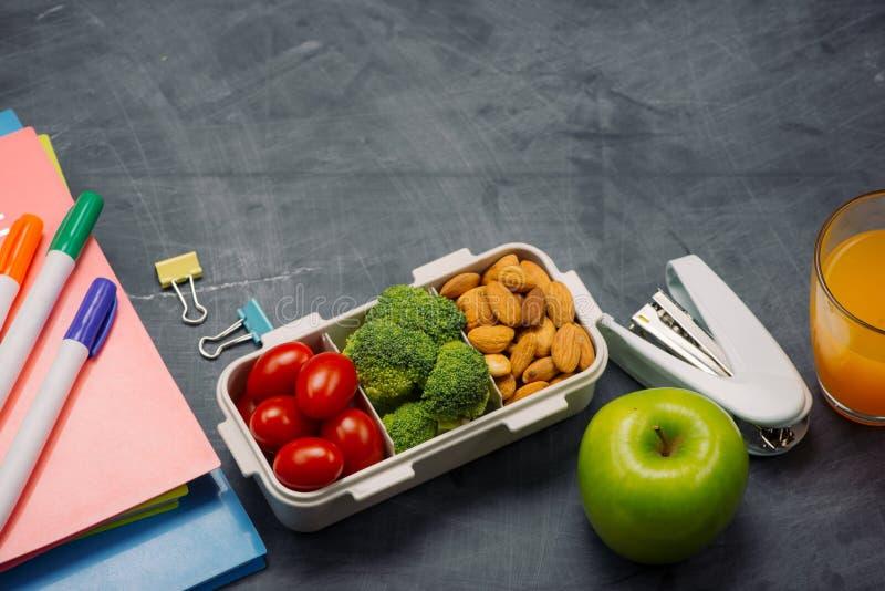 Instruisez le petit déjeuner sur le bureau avec des livres et le stylo à bord du fond photo stock