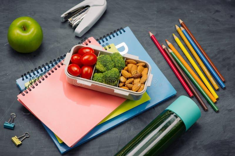Instruisez le petit déjeuner sur le bureau avec des livres et le stylo à bord du fond photographie stock libre de droits