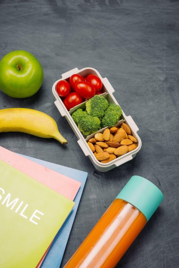 Instruisez le petit déjeuner sur le bureau avec des livres et le stylo à bord du fond image libre de droits
