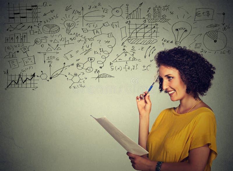Instruisez le professeur d'université se tenant prêt le tableau pendant une classe de la science de maths images libres de droits