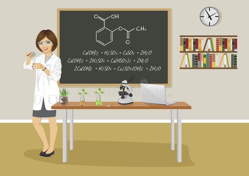 Instruisez le professeur féminin donnant la conférence dans la classe de chimie à côté du tableau noir illustration libre de droits
