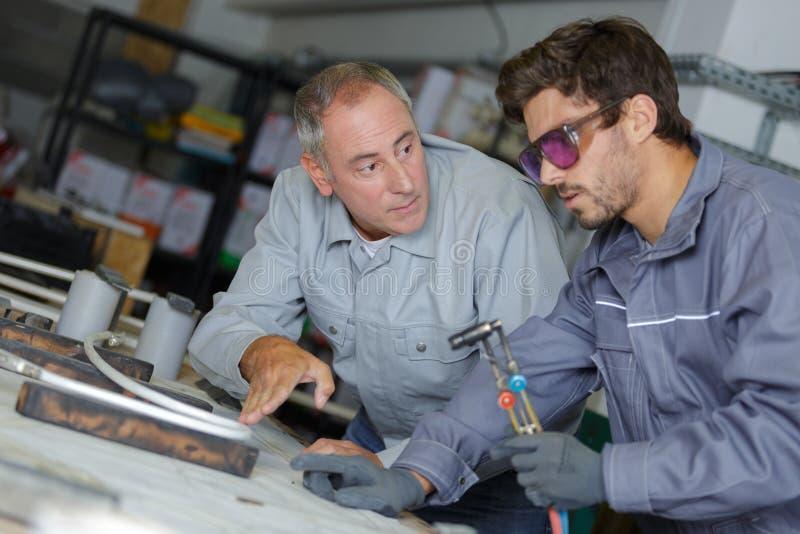 Instrukcje odbioru palnika uderzeniowego dla młodego pracownika zdjęcie stock
