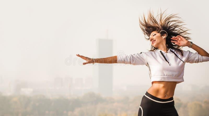 Instruktör för Zumba danskondition som gör aerobiska övningar för sport Mo royaltyfri bild