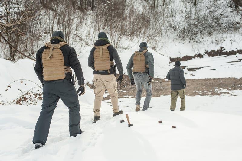 Instruktör- och armésoldater i färdig utrustning har hård utbildning arkivfoton