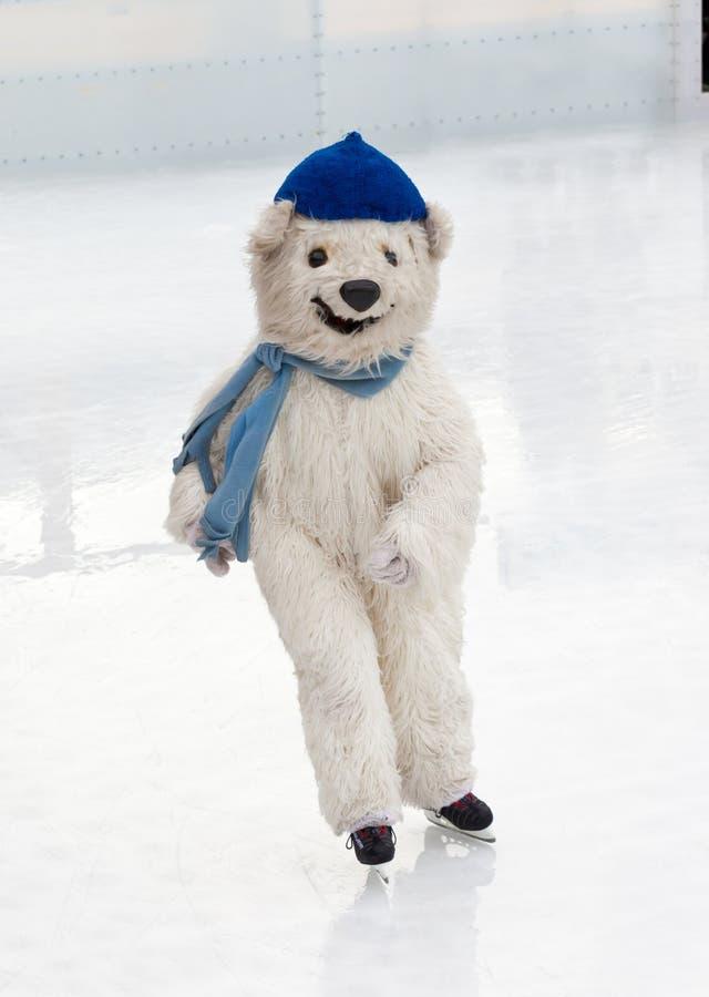 Instruktör som förställas som en isbjörn i den åka skridskor isbanan i MUni royaltyfri fotografi