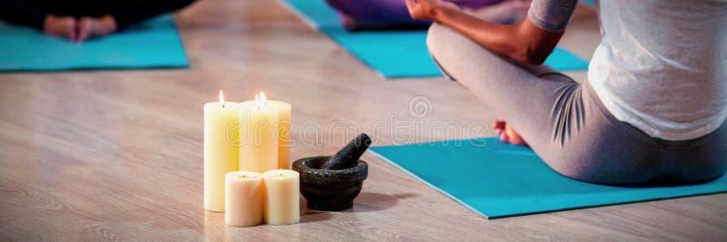 Instruktör som tar yogagrupp arkivbild