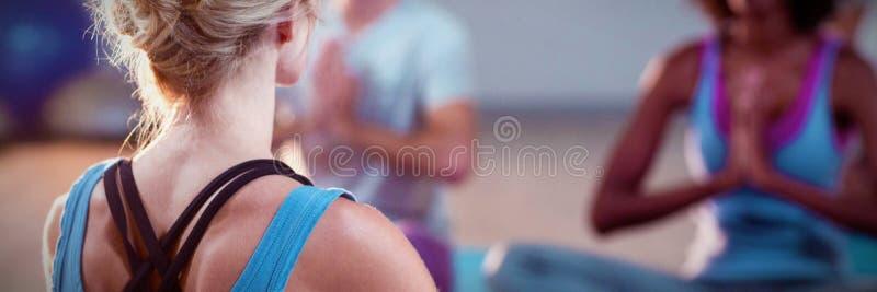Instruktör som tar yogagrupp royaltyfri bild