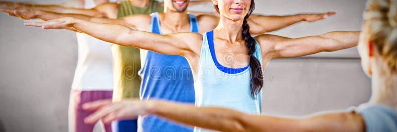 Instruktör som tar yogagrupp royaltyfri foto