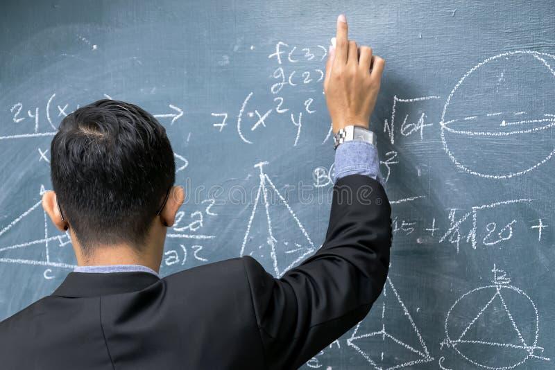 Instruktörer undervisar matematik royaltyfria bilder