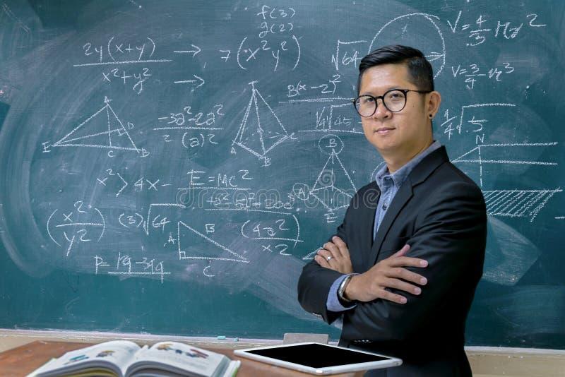 Instruktörer undervisar matematik arkivfoton