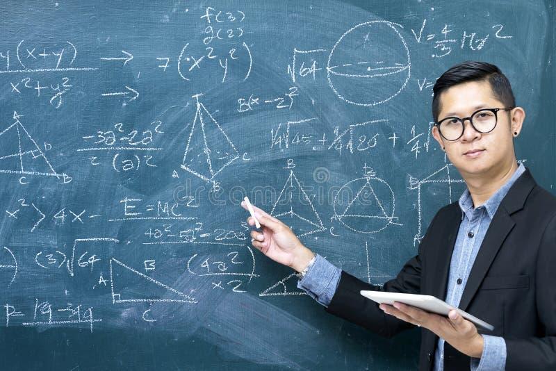 Instruktörer undervisar matematik Assistenten rymmer krita arkivbild