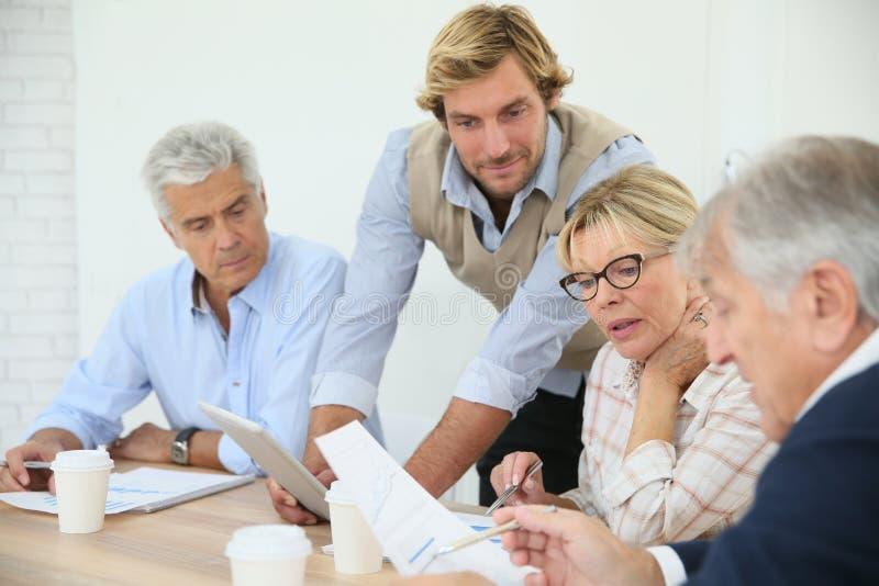 Instruktörportionpensionärer i grupp arkivbild