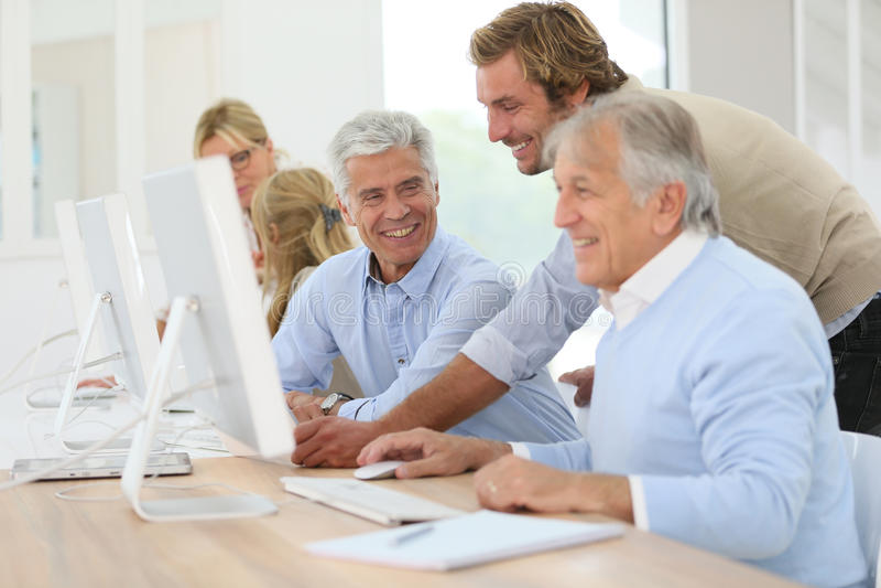 Instruktörportionpensionärer i informatik royaltyfri bild