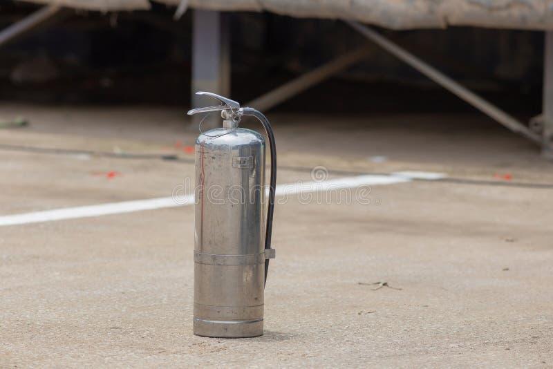 Instruktörvisning hur man använder en brandsläckare på en utbildning royaltyfria bilder
