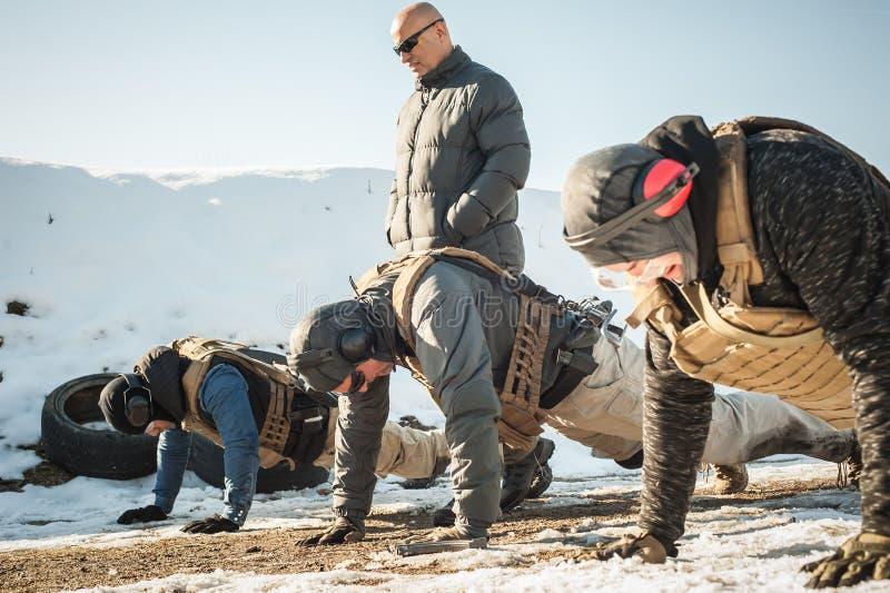 Instrukt?r- och arm?soldater har h?rd utbildning och g?raskjuta-UPS royaltyfri fotografi