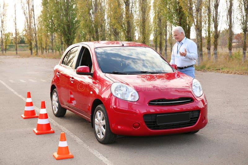 Instruktor blisko samochodu, outdoors Przelotny napędowy egzamin obrazy royalty free