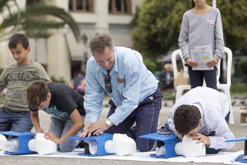 Instruktor pokazuje CPR na stażowej lali Bezpłatna pierwsza pomoc zdjęcie stock