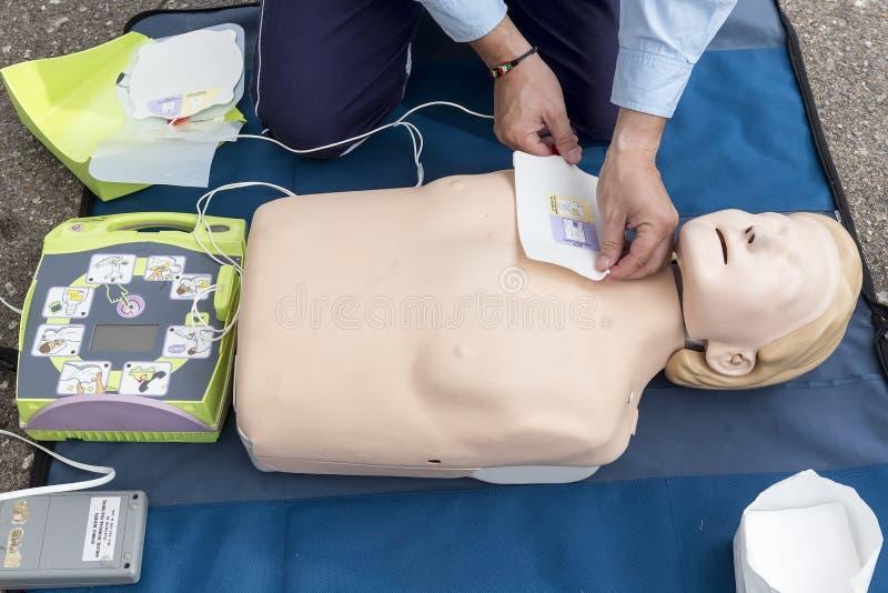 Instruktor pokazuje CPR na stażowej lali Bezpłatna pierwsza pomoc zdjęcie royalty free