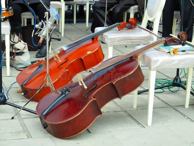 Instrument d'arc de deux violoncelles dans l'orchestre sur l'?tape image stock
