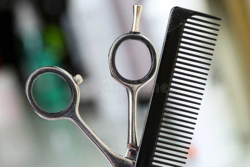 Instrument de coiffeur réglé devant l'appareil-photo images libres de droits