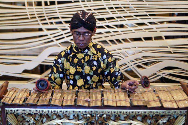 Instrument de musique traditionnel de Slenthem des joueurs de l'Indonésie images stock