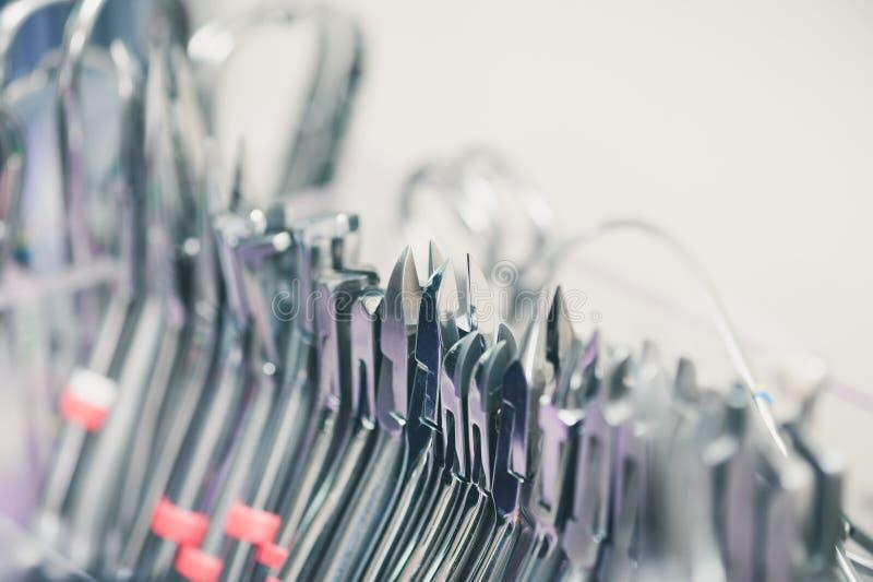 Instrument dentaire réglé dans la clinique photo stock