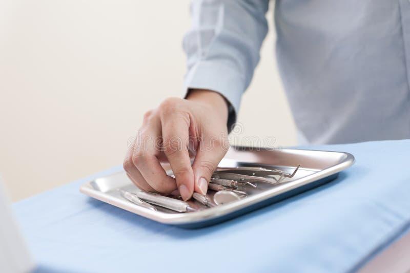 Instrument dentaire réglé dans la clinique image stock