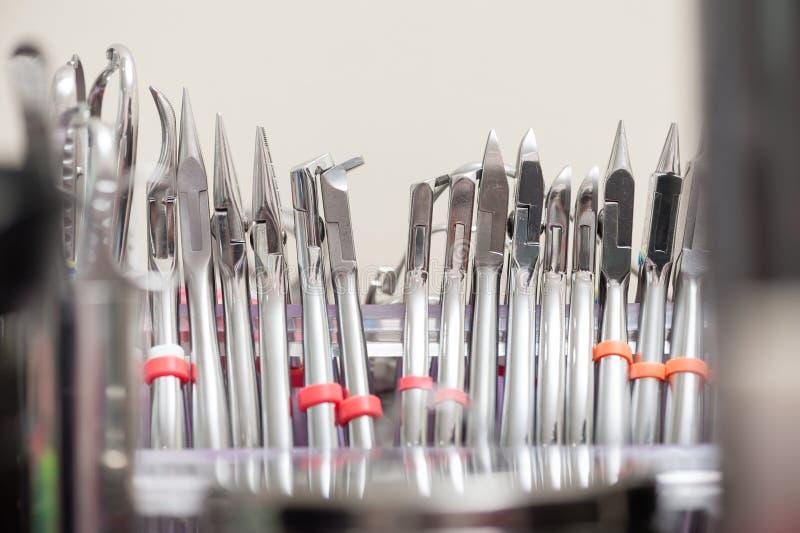 Instrument dentaire réglé dans la clinique photos stock