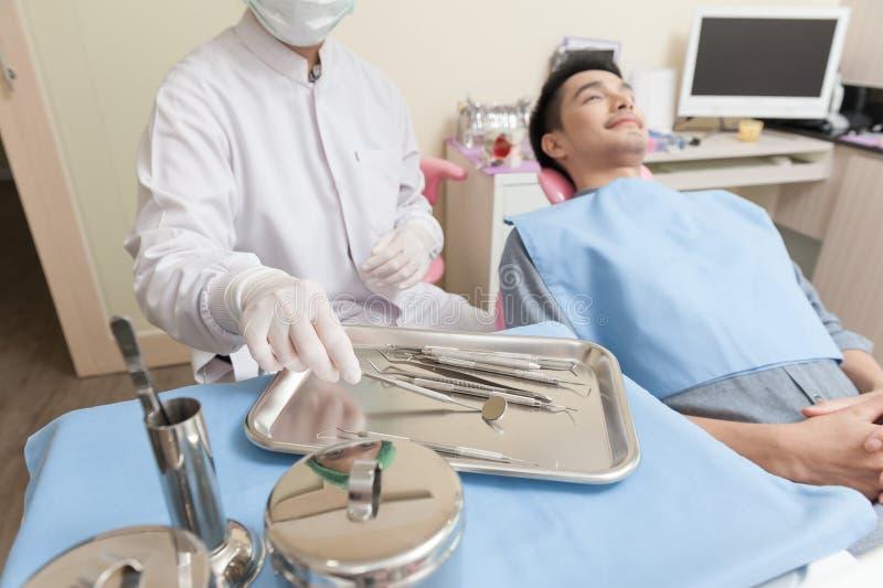 Instrument dentaire réglé dans la clinique image libre de droits