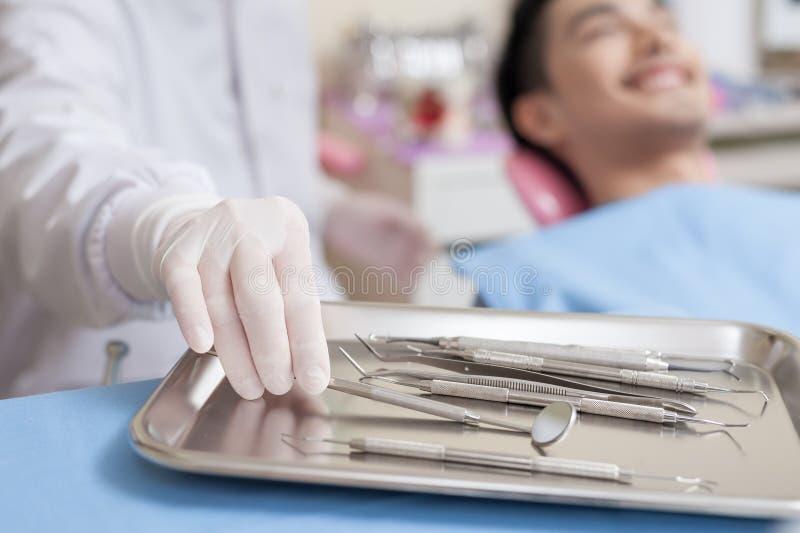 Instrument dentaire réglé dans la clinique photo libre de droits