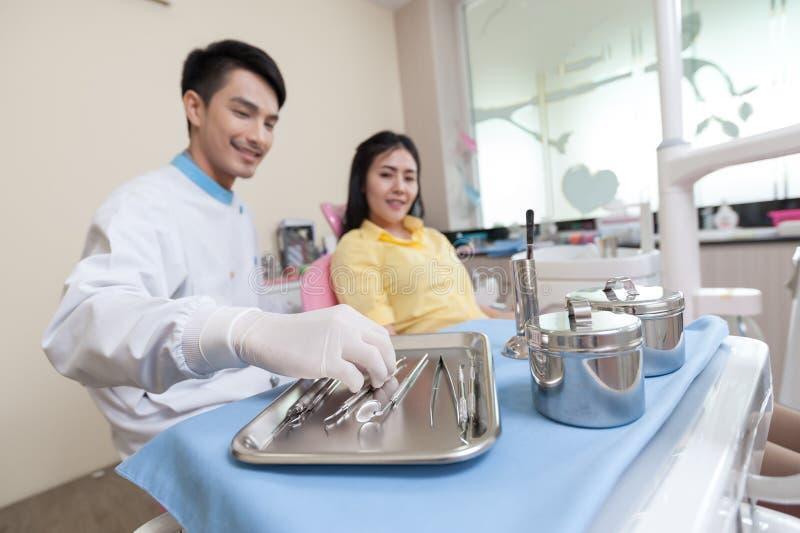 Instrument dentaire réglé dans la clinique photos libres de droits