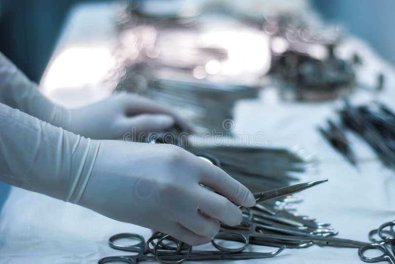 Instrument för kirurg` s läggas ut på en tabell i ett sterilt fungeringsrum arkivbild