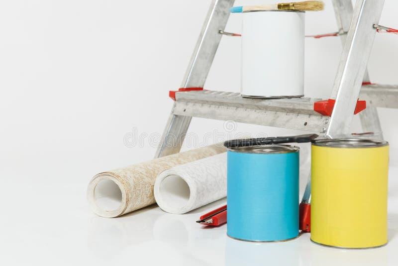 Instrument för renoveringlägenhetrum som isoleras på vit bakgrund Tapet och tillbehör för att limma, målning royaltyfria foton