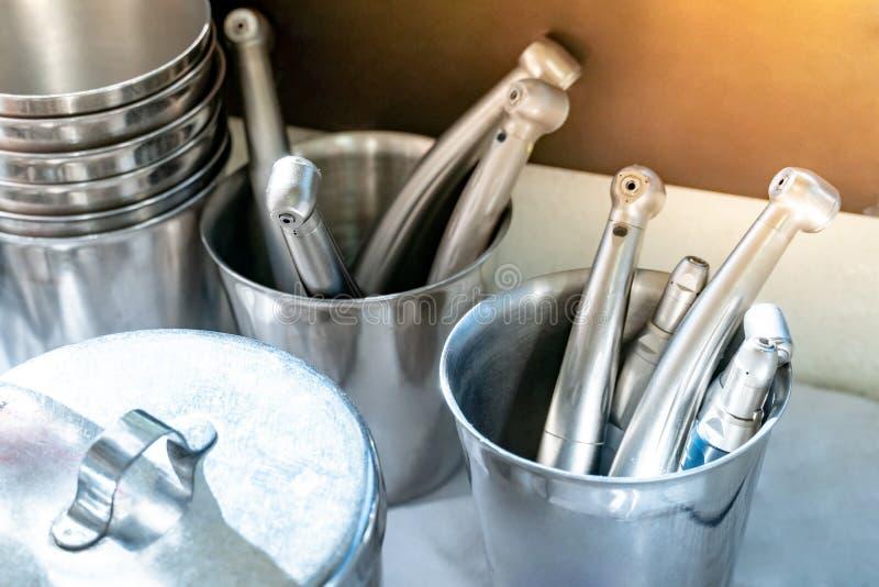 Instrument réglé en verre inoxydable à la clinique dentaire image libre de droits