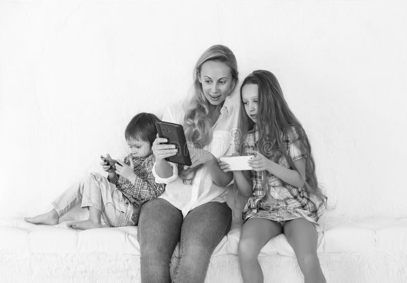 Instrument, technologie, loisirs, fille, enfant, parent, mère, famille photographie stock libre de droits