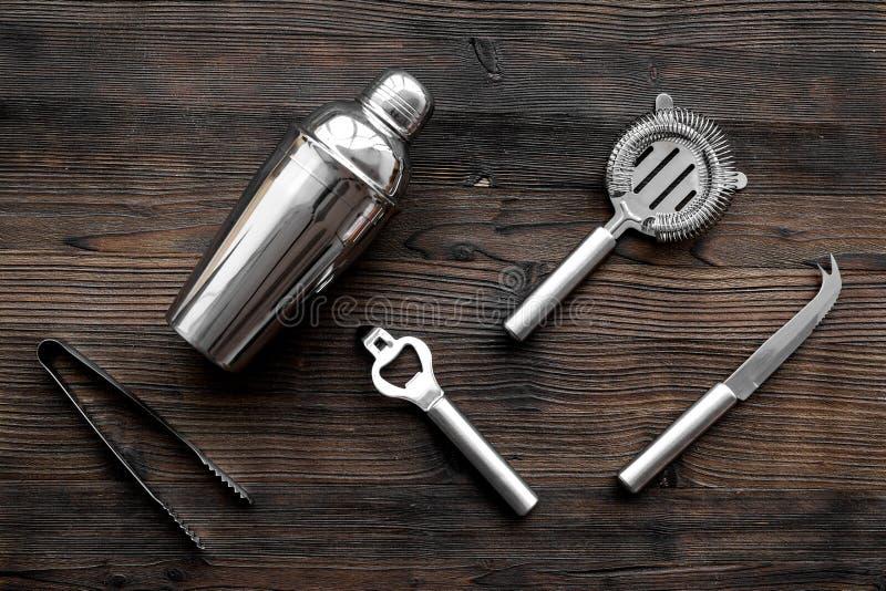 Instrumentbarmixer Schüttel-Apparat, Sieb auf Draufsicht des hölzernen Hintergrundes lizenzfreie stockfotografie