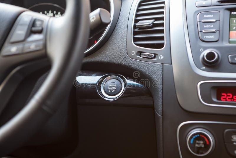 Instrumentbräda av bilen med den startup knappen för motor arkivfoto