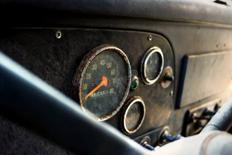 Instrumentbräda av den smutsiga övergav arbetslastbilen royaltyfria foton