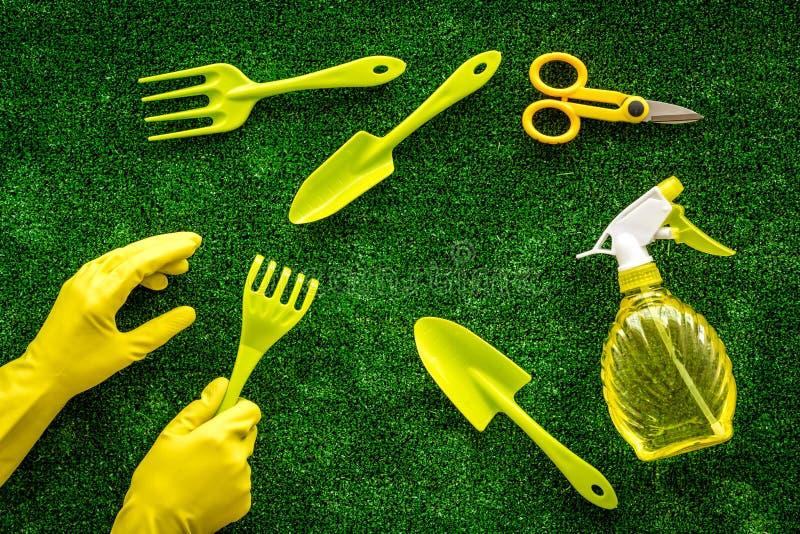 Instrumente für Gärtner auf grünem Grasboden, Oberansicht lizenzfreies stockbild