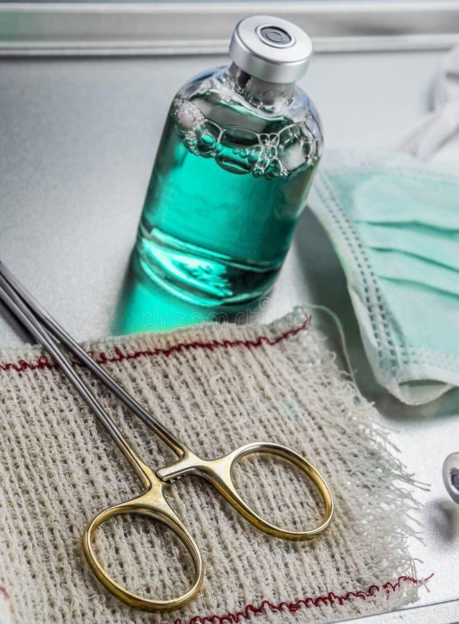 Instrumentelles chirurgisches im Operationsraum, in den Scheren und in der Phiole lizenzfreies stockfoto