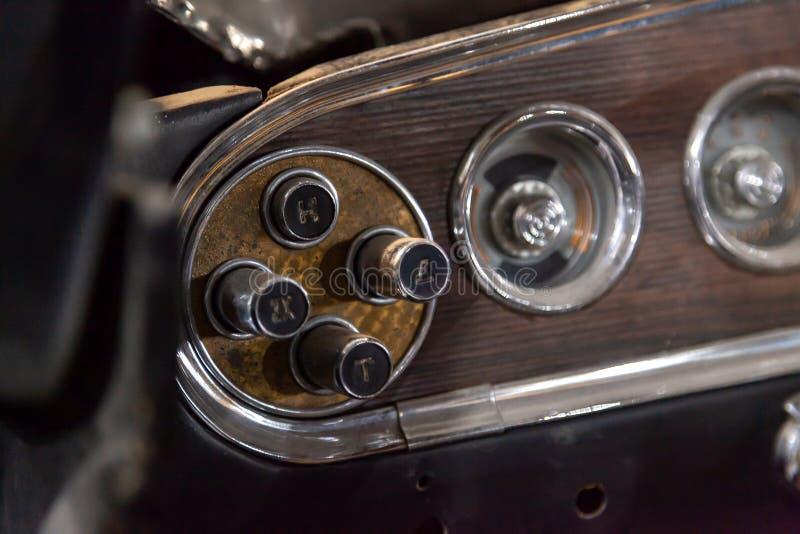 Instrumenten en een paneel met controleknopen voor een automatische versnellingsbak van een oud Russisch retro autogas 13 meeuwch royalty-vrije stock foto