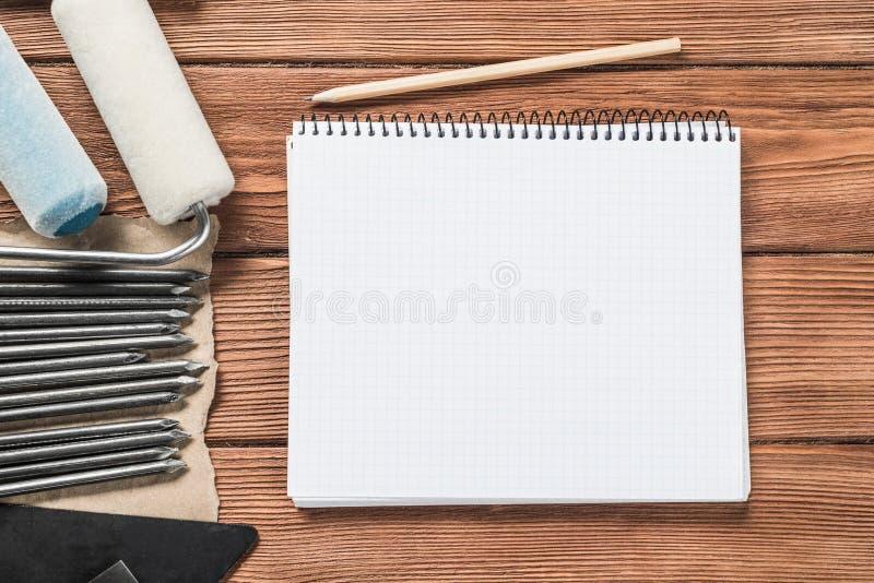 Instrumenten op houten lijst stock afbeeldingen
