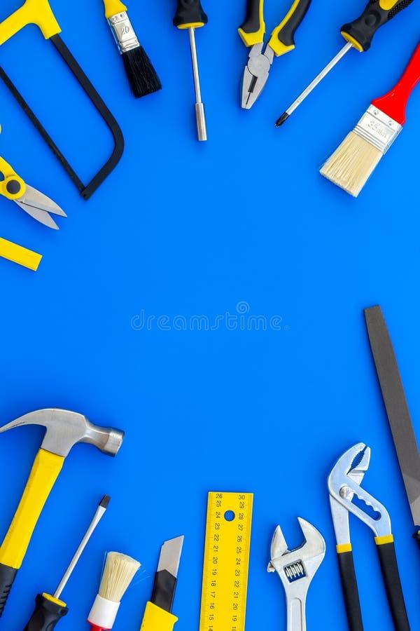 Instrumenten van aannemer voor bouwstijl, verf en reparatiehuis op blauw achtergrond hoogste meningsmodel royalty-vrije stock fotografie