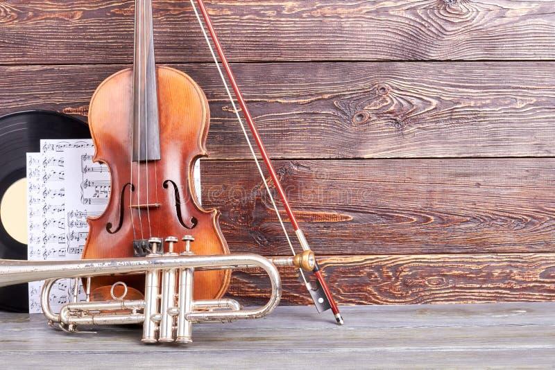 Instrumenten van orkest op houten achtergrond stock foto
