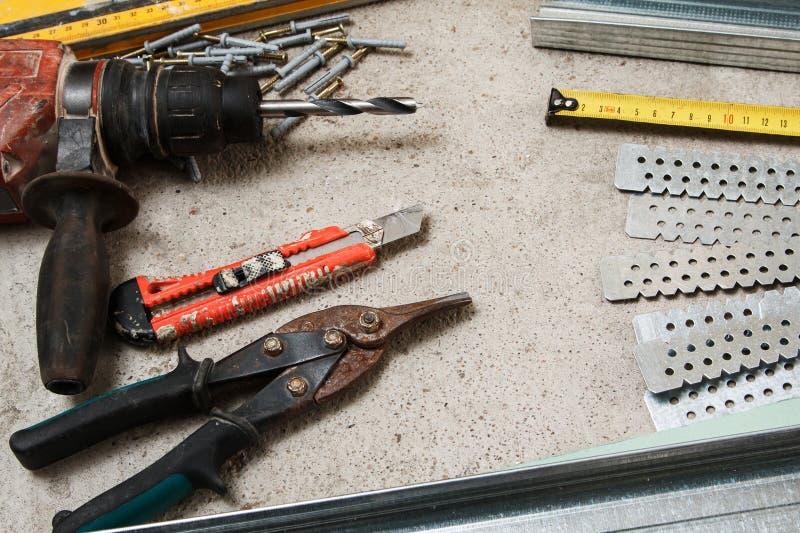 Instrumenten voor bouwstijl een gipsplaatmuren stock foto
