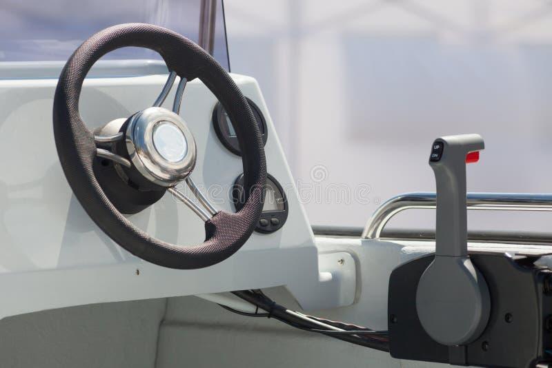 Instrumentenbrett und Lenkrad eines Motorbootcockpits yacht Steuerbrücke stockfoto