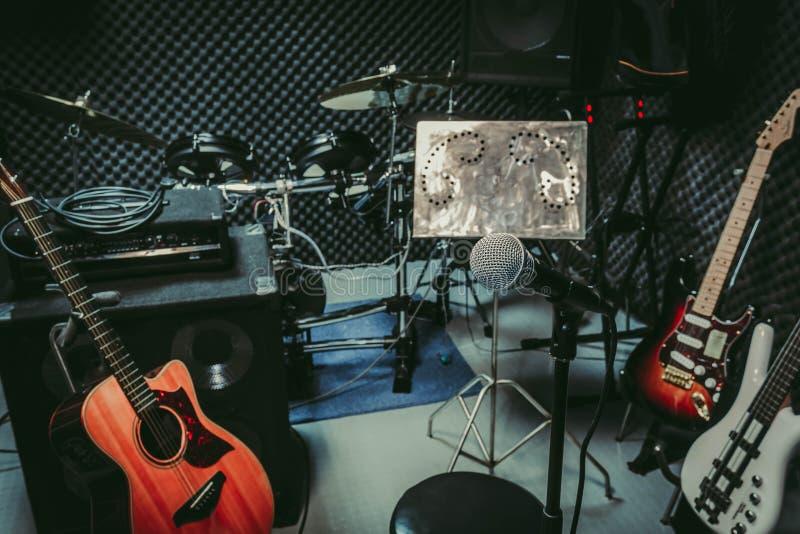 Instrumentieren Sie Rockmusik-/Rekordraum-/Studioaufnahme des musikalischen Audios der Band zu Hause stockfotos