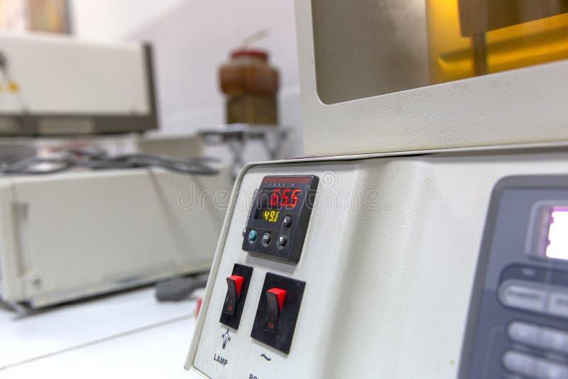 Instrumento de análise do laboratório usado na indústria petroleira imagens de stock