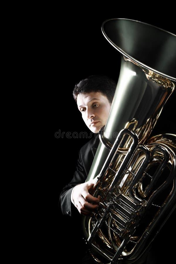 Instrumento de cobre del jugador de la tuba imagen de archivo