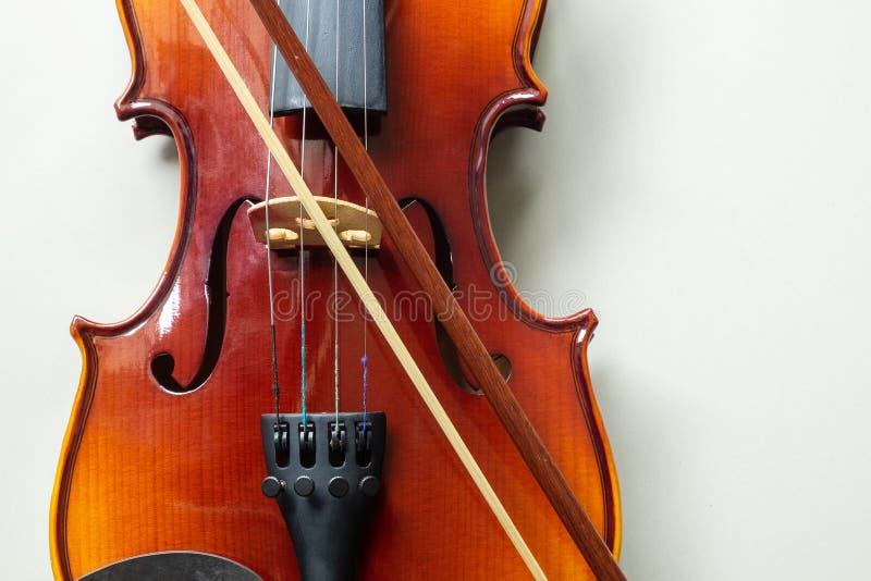 Instrumento de música clássico da corda do violino no fundo branco isolado fotos de stock